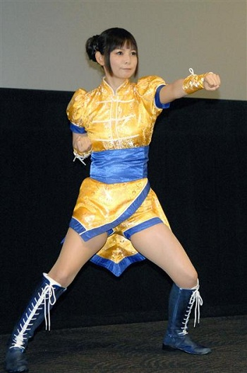 武道着を着てパンチを繰り出す中川翔子